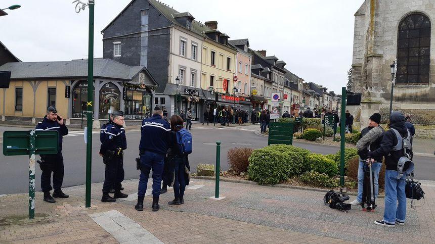 Les forces de sécurité nombreuses à Grand Bourgtheroulde.