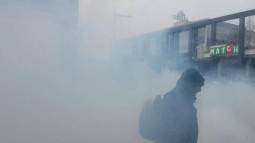 """Acte XI des """"gilets jaunes"""" à Amiens. Épaisse fumée de gaz lacrymogène près de la gare."""