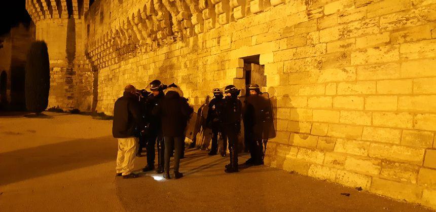 Des policiers se sont positionnés aux différentes portes d'Avignon pour contrôler les gilets jaunes désirant se rendre en centre-ville.