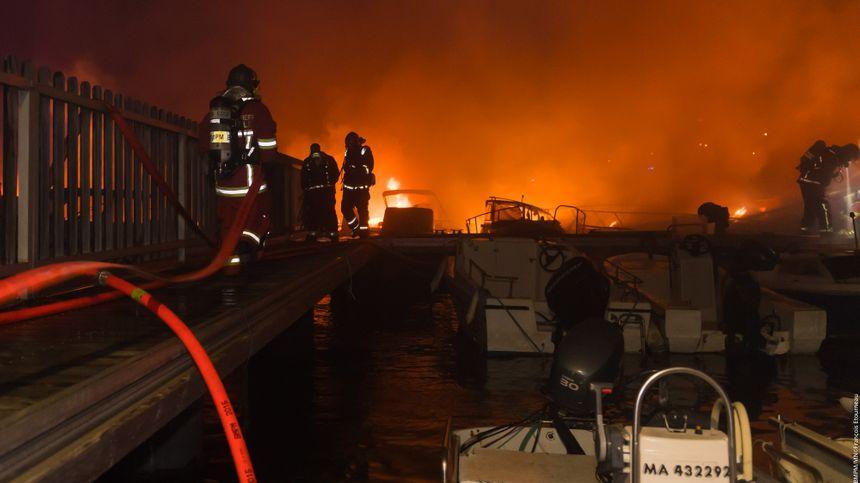 Une vingtaine de bateaux ont été touchés par les flammes