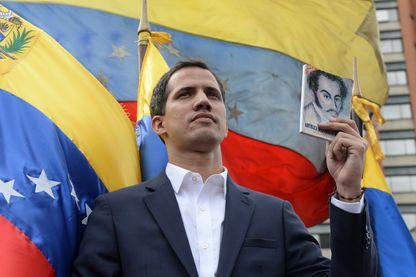 """Le président du parlement au Venezuela Juan Guaido, brandissant le portrait de SImon Bolivar, le père de l'indépendance du pays, il s'est proclamé """"président par interim"""" (23 janvier 2019)"""