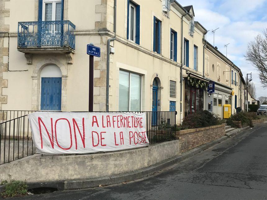Les habitants du quartier de Saint-Denis à Châteauroux ont installé une banderole contre la fermeture de la poste.