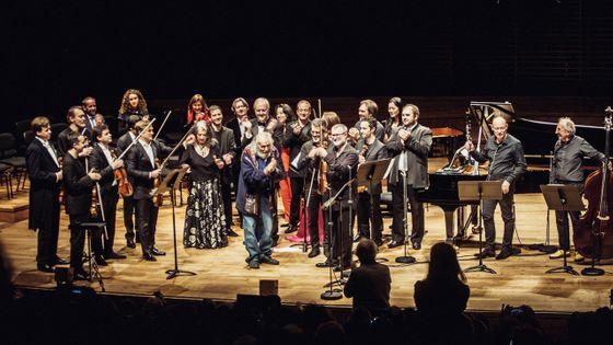 Ivry Gitlis sur la scène de la Philharmonie de Paris, entouré par ses nombreux amis musiciens venus lui témoigner leur admiration