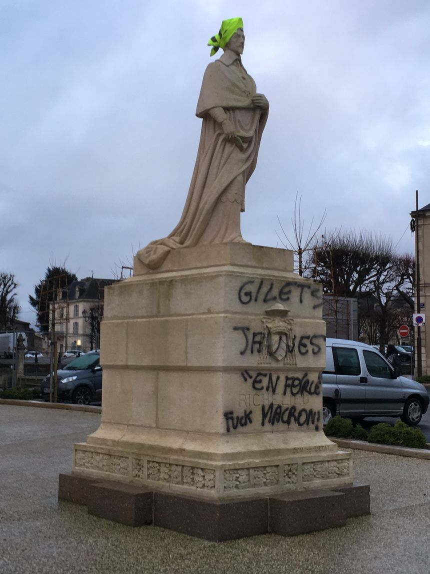 La statue du cardinal Richelieu samedi 25 janvier au matin.