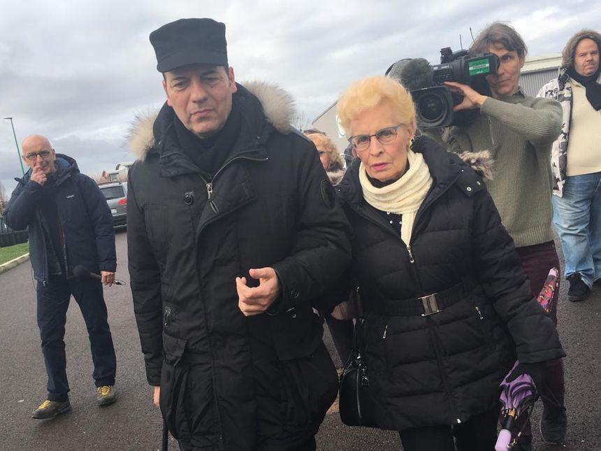 Ouverture à Vesoul du procès de l'affaire Stéphane Dieterich : le frère et la mère de la victime arrivent à la cour d'assises.