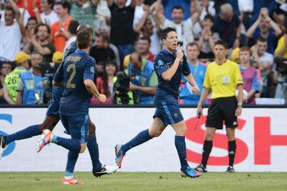 Chut ! En 2012 lors d'un mach des Bleus contre l'Angleterre, Samir Nasri se tourne vers la tribune de presse après un but.
