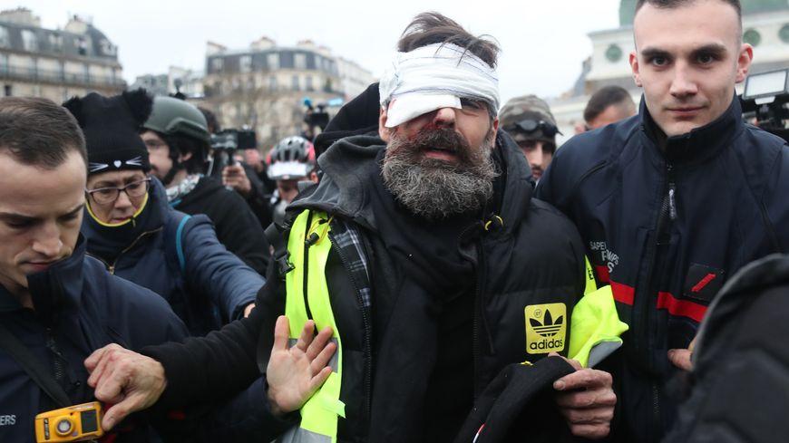 Jérôme Rodrigues, un des organisateurs des manifestations de gilets jaunes à Paris est évacué par les pompiers.