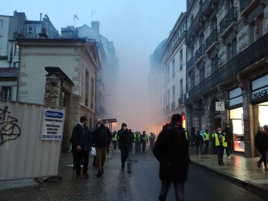 La situation se tend dans le centre ville, les forces de l'ordre chargent à plusieurs reprises