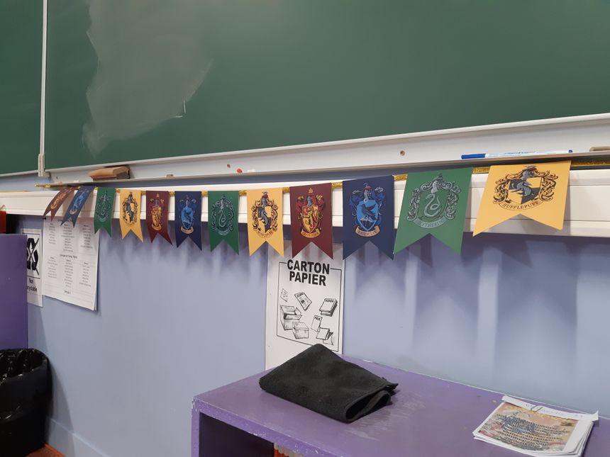 La salle entière est décorée sur le thème d'Harry Potter