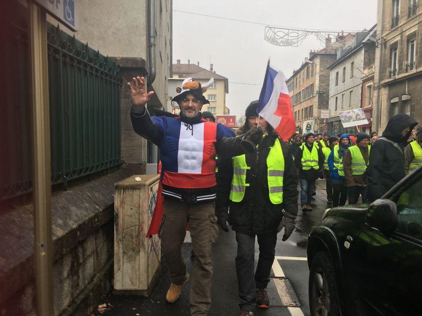 Un manifestant aux couleurs du drapeau français, ce samedi, lors de la marche des gilets jaunes à Besançon
