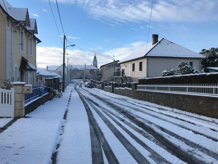 La nationale 21 était déneigée en fin de matinée, mais dans le reste du village, certaines rues étaient recouvertes par trois à cinq centimètres de neige.
