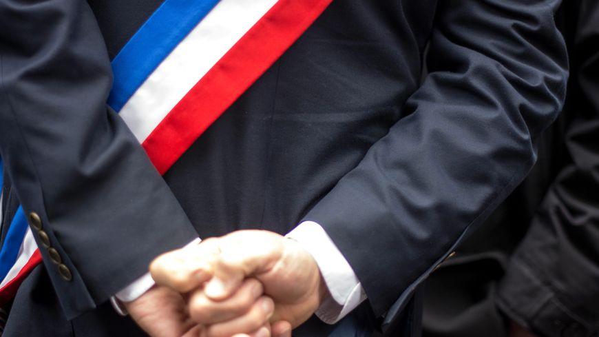 Un élu de dos ceint de son écharpe tricolore (photo d'illustration)