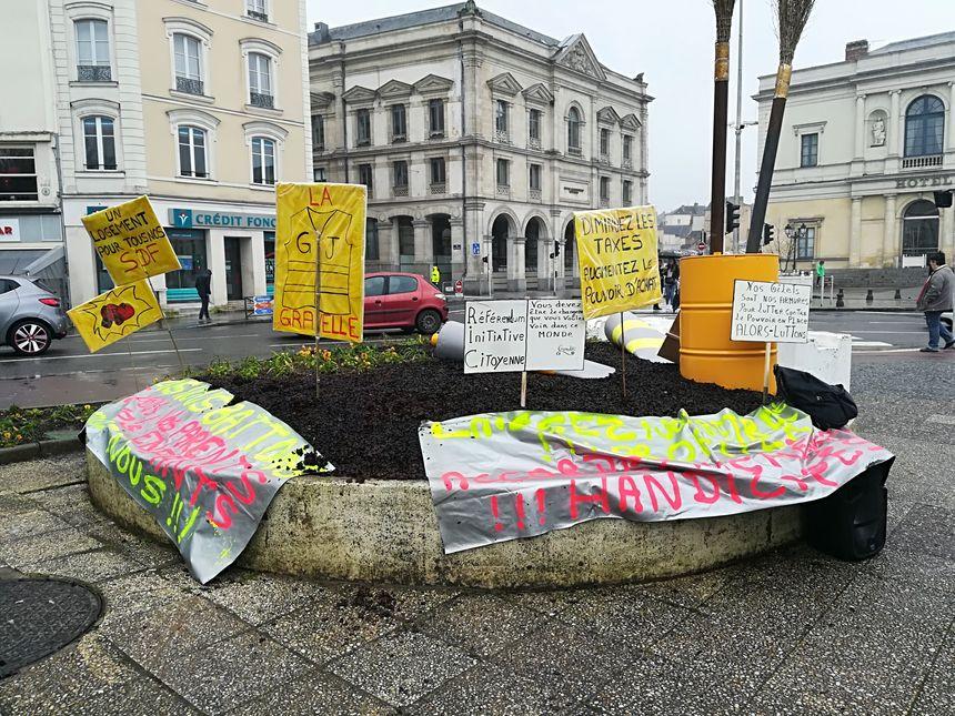 Les Gilets jaunes mayennais ont manifesté place du jet d'eau à Laval