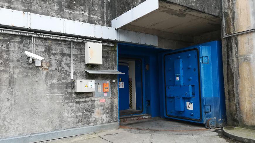 C'est par cette porte bleue qu'on accède à l'abri protégé du CTM