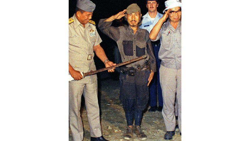 Mars 1974, Hiroo Onoda sur l'île de Lubang, dans le nord-ouest des Philippines. Onoda est resté sur l'île près de 29 ans sans avoir aucune connaissance de la capitulation du Japon au cours de la Seconde Guerre mondiale.