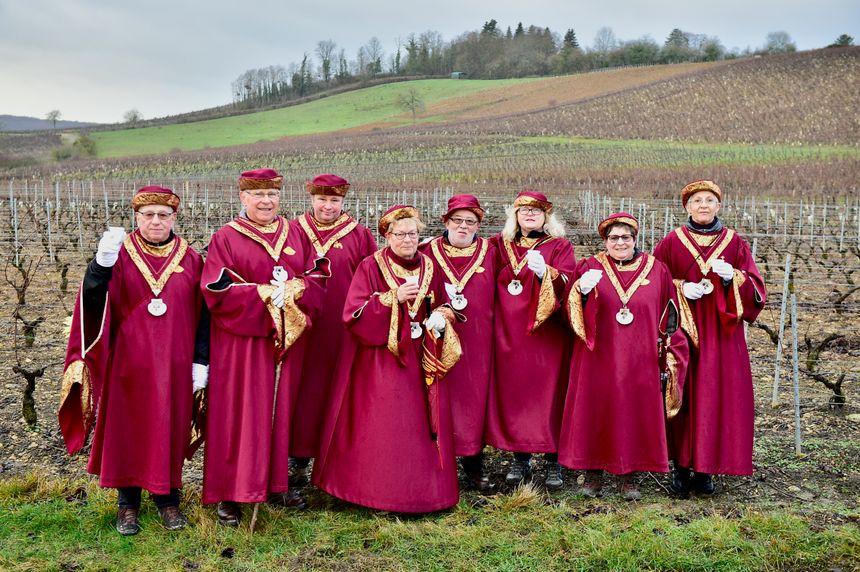 Les membres, en toge, de la confrérie des quatre coteaux du Vézelien ce dimanche, au milieu des vignes de Vézelay.