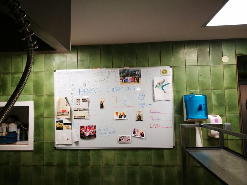 Le tableau de soutien à Matthieu Otto, dans les cuisines de l'Auberge Saint-Walfrid à Sarreguemines (Moselle). Janvier 2019.