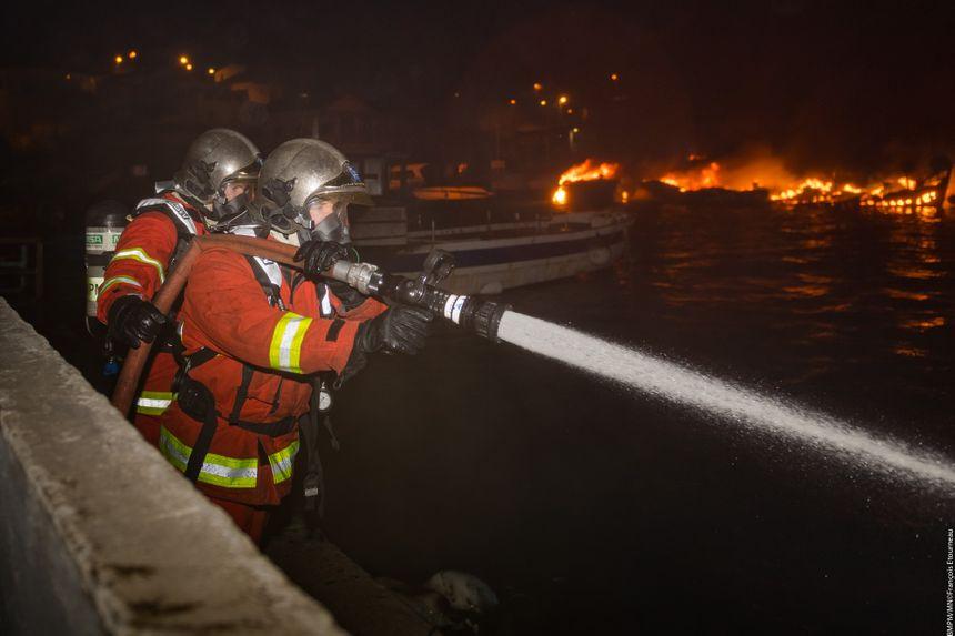 70 marins-pompiers sont intervenus pour éteindre l'incendie d'embarcations dans le port des Goudes