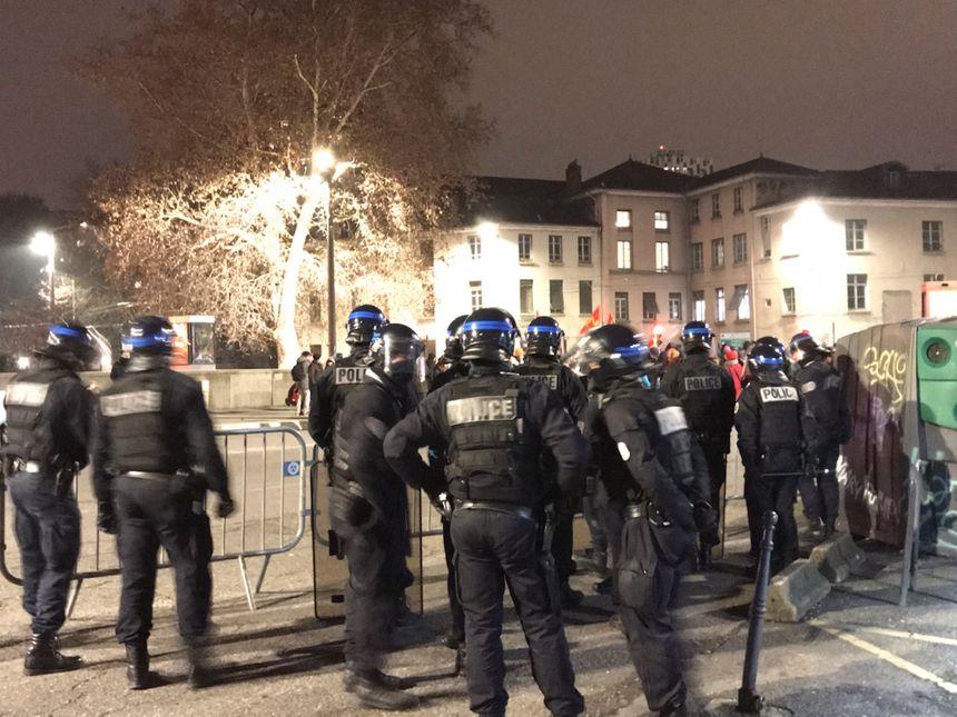 La police est présente désormais le lundi soir pour assurer la sécurité des participants aux conférences - Aucun(e)
