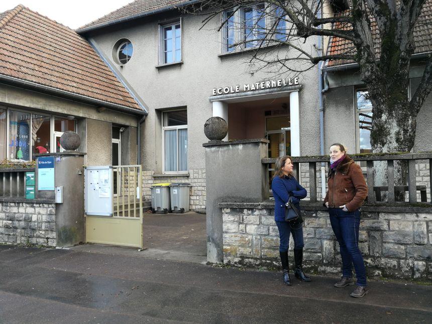 Deux mamans discutent devant l'entrée de l'école maternelle sur le boulevard des Bourroches