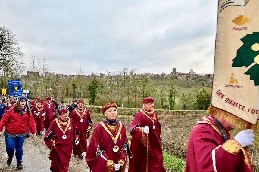 Les confréries vineuses de l'Yonne ont défilé à Vézelay, dimanche matin, au milieu des vignes.