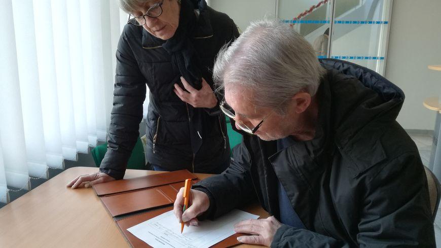 Une quarantaine d'habitants, comme Cyril, jeune retraité, ont écrit dans le cahier de Giberville en un mois.