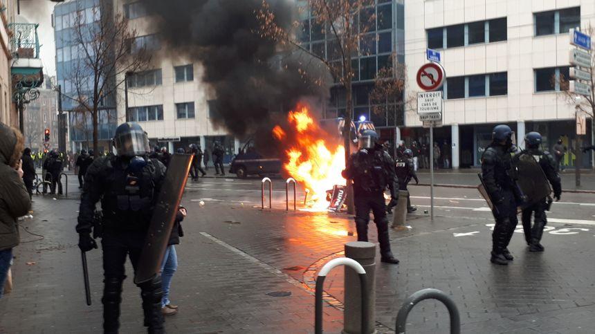Une poubelle et différents objets ont été enflammés rue du Faubourg de Saverne