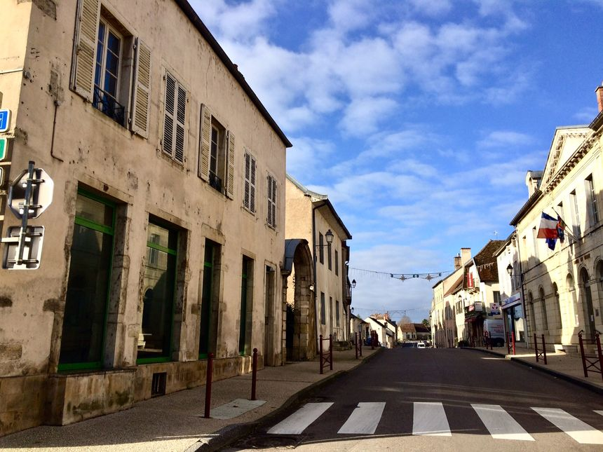 A droite, la mairie. A gauche, l'ancienne pharmacie déjà rachetée : futur logement ? Futur tabac ? Ou futur café ?