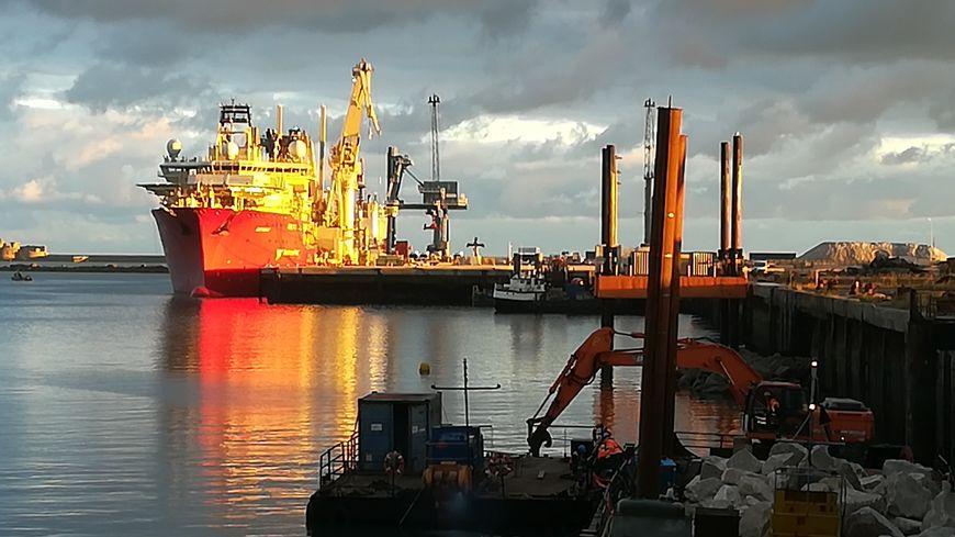 Le Deep Energy quitte le port de Cherbourg