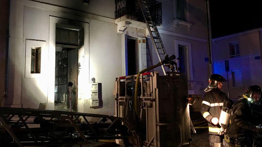 L'appartement en haut de l'immeuble est détruit.