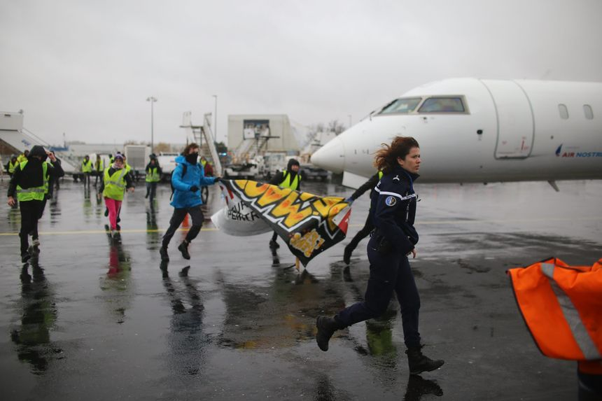 Des gilets jaunes sur la piste de l'aéroport de Nantes le 1er décembre.