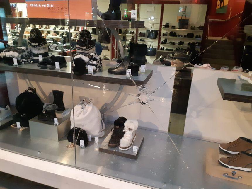 La vitrine d'un magasin de chaussures prise pour cible dans la rue Feltre à Nantes.