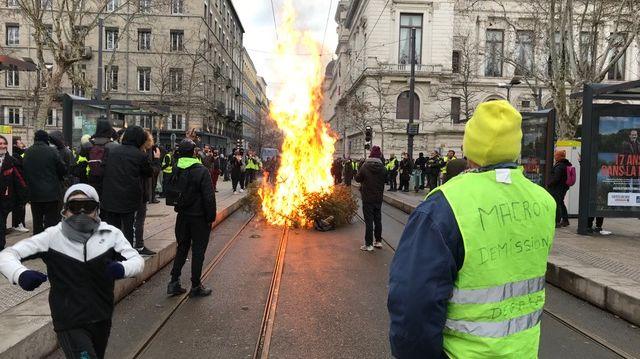 Un feu a été allumé avec des sapins de la place Jean Jaurès à Saint-Etienne lors de la manifestation.