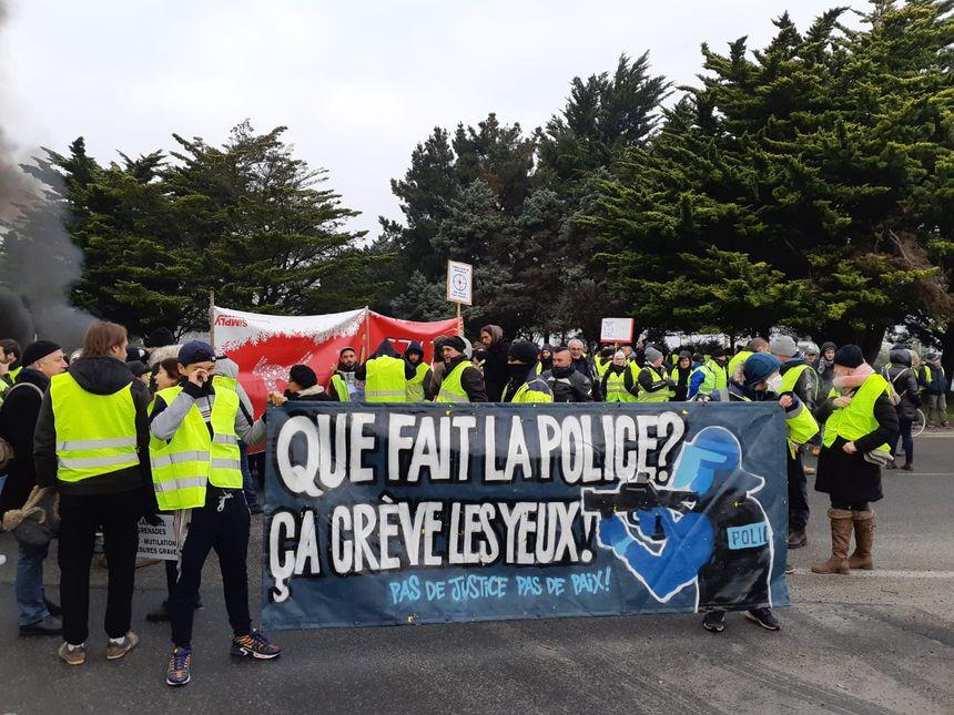 """Banderole contre la """"répression policière"""" le 5 janvier 2019"""