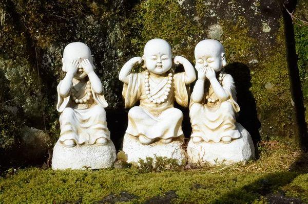 Mizaru 見猿, Kikazaru 聞か猿 et Iwazaru 言わ猿 prise dans le temple Daishō-In 大聖院 à Miyajima 宮島