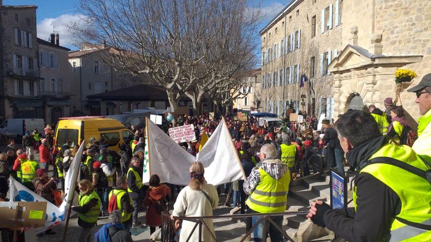 À Aubenas, les manfiestants gilets jaunes ont rejoint la marche pour le climat place du Château