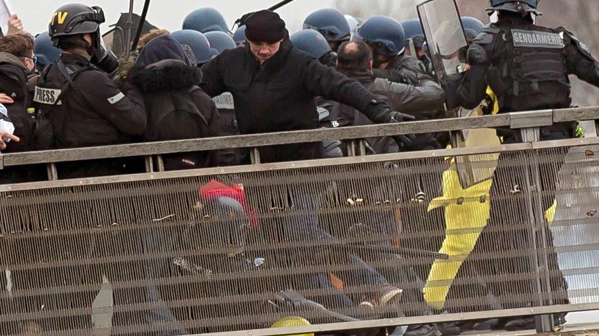 Le boxeur soupçonné d'avoir frappé des gendarmes à Paris s'est rendu à la police et a été placé en garde à vue
