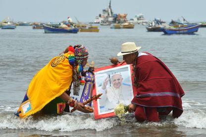 Une cérémonie de chamanes péruviens, sur une plage de Lima, en janvier 2018.