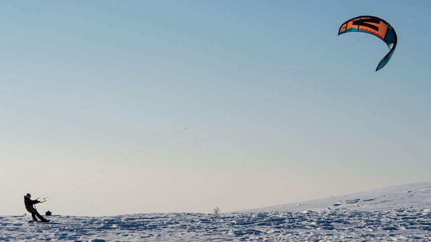 Un snow-kiter est porté disparu au col des Supeyres dans le Forez