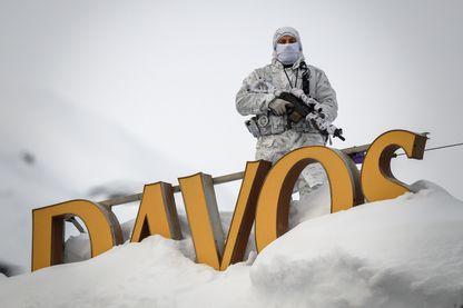 Un policier monte la garde à Davos, en Suisse, à proximité du Centre des Congrès où se tient le Forum Economique Mondial, 21 janvier 2019.