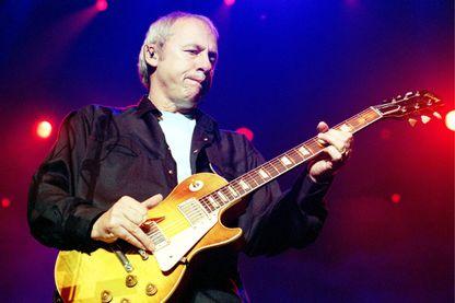 L'auteur, compositeur, guitariste, et chanteur Mark Knopfler le 17 juin 2001 en concert à Amsterdam