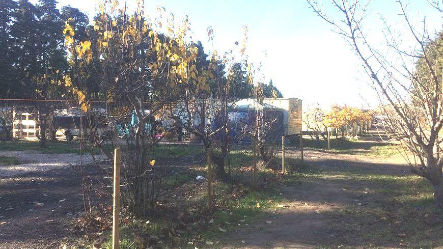 Branchements éléctriques, points d'eau et sanitaires extérieurs avaient été installés par le propriétaire du terrain qui vit aussi sur place