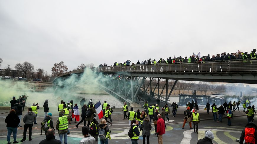 """Les manifestants """"gilets jaunes"""" sur le pont Sedar-Senghor, samedi 5 janvier 2019 à Paris"""