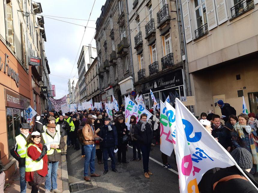 Les professeurs, enseignants et administratifs ont ensuite manifesté dans le centre ville, avec le soutien de quelques gilets jaunes