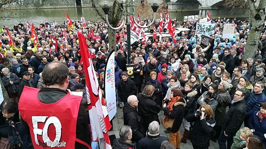Près de 2.000 personnes sont rassemblées à Mayenne ce samedi pour la défense de l'hôpital