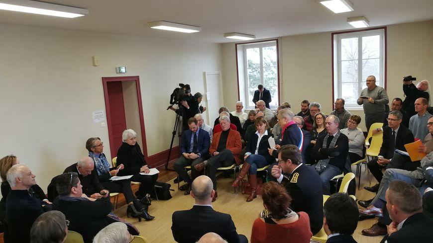 La réunion avec les élus ce vendredi matin dans une salle de la mairie de Précy-sous-Thil en Côte-d'Or