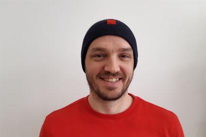 Thomas Huriez et son bonnet réalisé à partir des habits de pompier