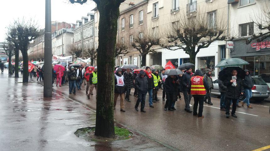 La manifestation sous la pluie à Limoges.