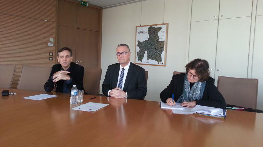 Philippe Mercier (adjoint), Pascal Blanc (Maire de Bourges) et Marie-Catherine Laignel, chargée de l'opération coeur de ville à la mairie de Bourges.
