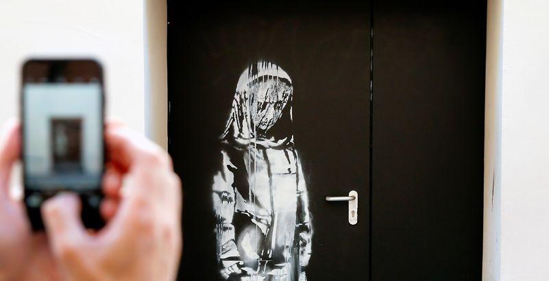 L'œuvre attribuée à Banksy sur une porte du Bataclan de Paris